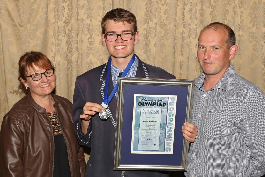 2017 PO Winner Silver Medal Ralph McDougalI (Curro Durbanville) with parents Maryke and Richard MG_6400